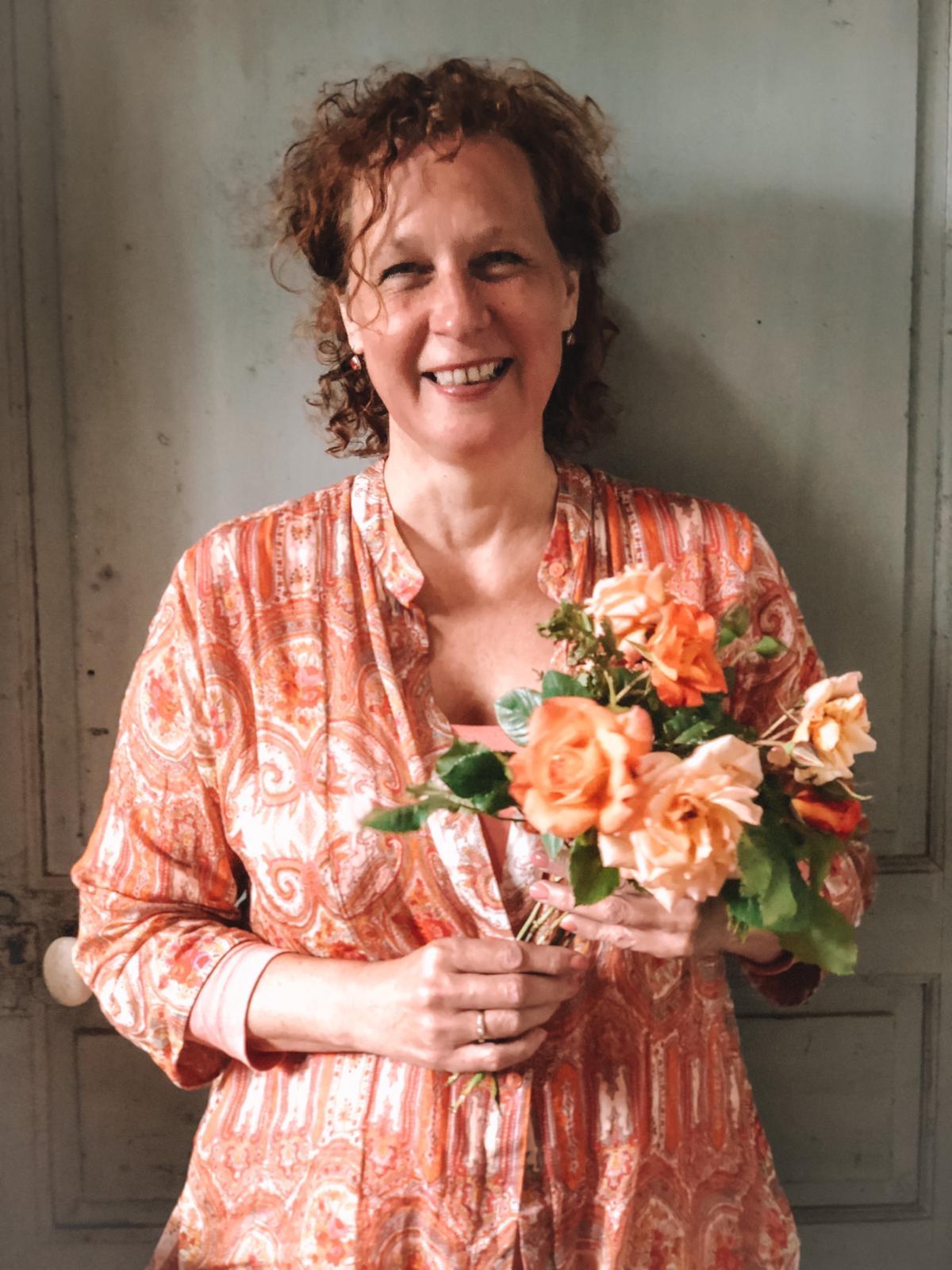 profiel foto van Petra Christina met in haar handen een bos rozen